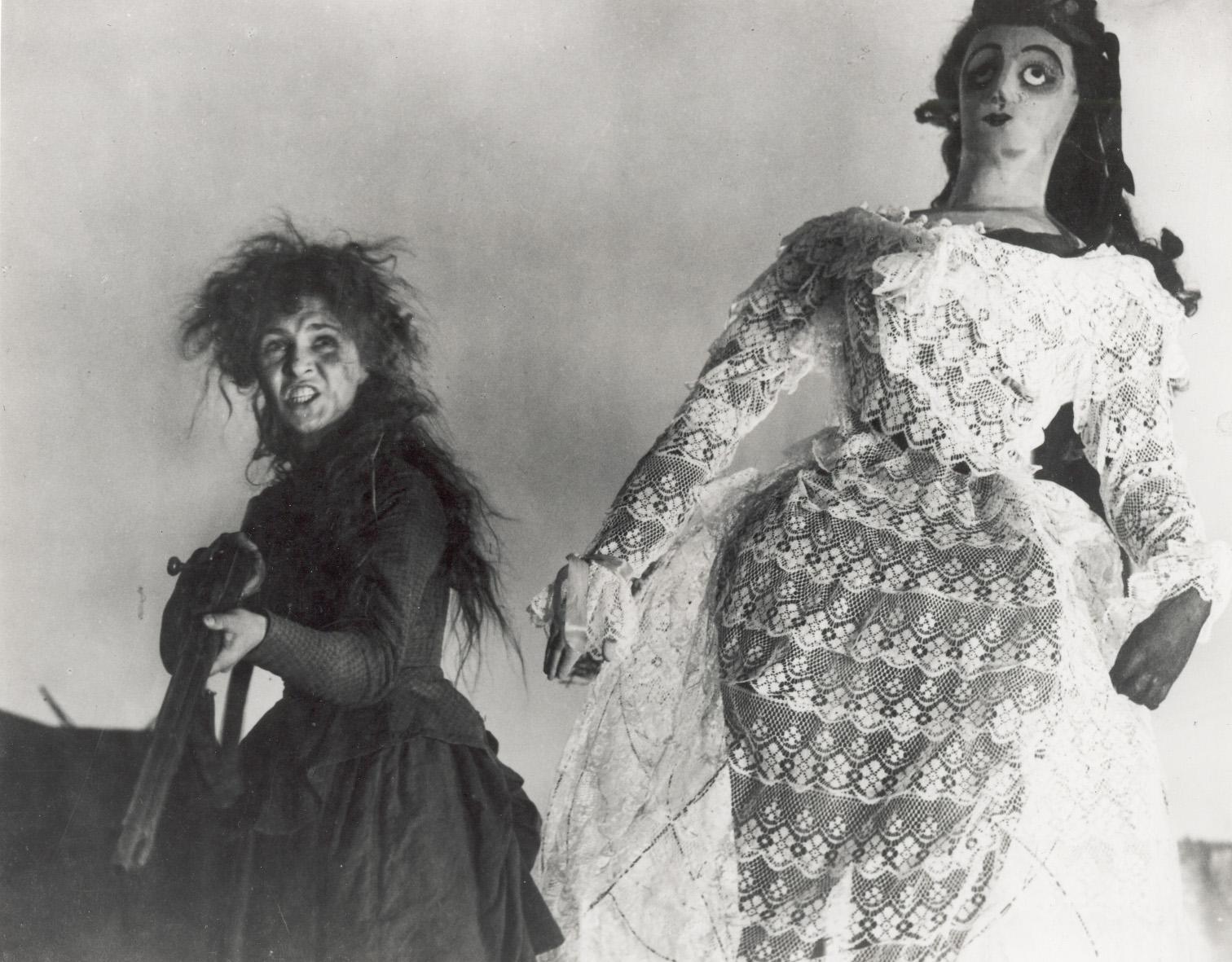 Yelena Kuzmina (Louise) in NOVYI VAVILON (Nuova Babilonia, URSS 1929) di Grigorij Kozintzev e Leonid Trauberg